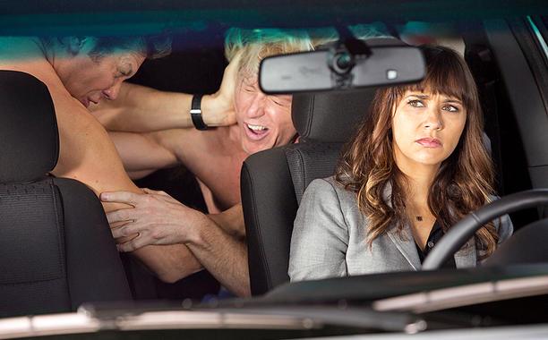 La scène classique de la bataille dans une voiture