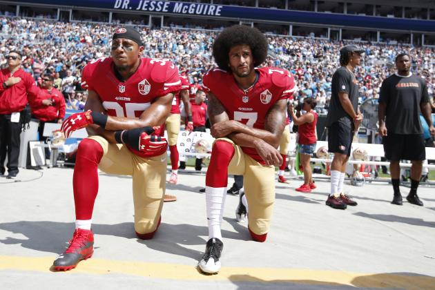 Colin Kaepernick, s'agenouillant pendant l'hymne américain