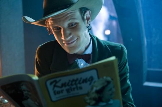 Le Docteur lit un livre