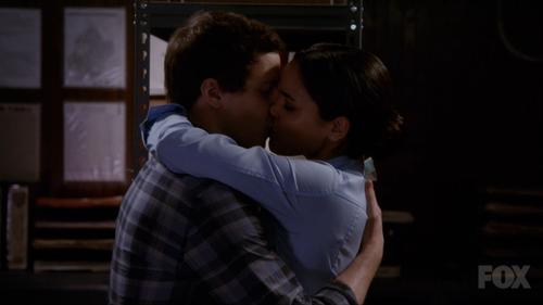 Jake et Amy se font un bisou