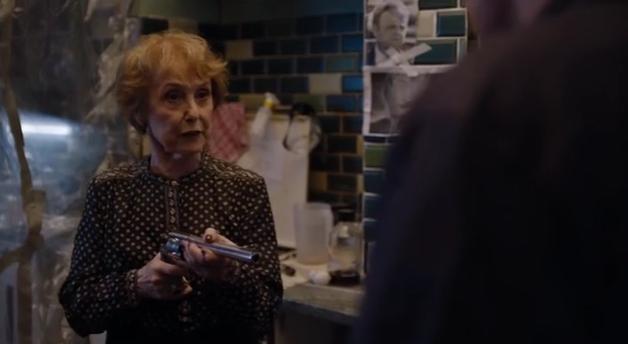Mrs Hudson avec son gun
