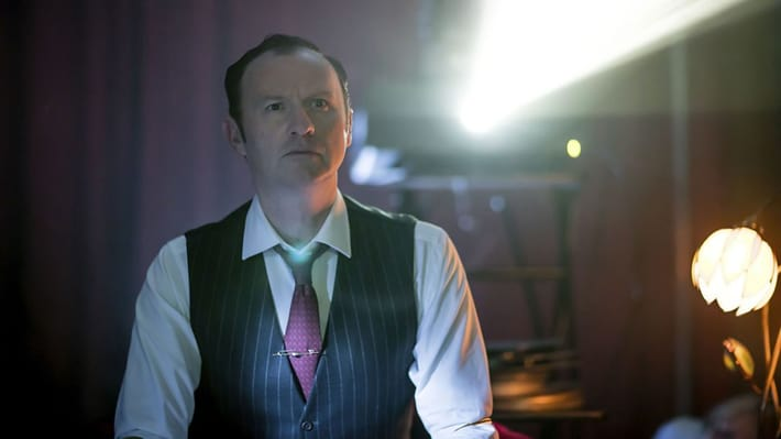 Mycroft regarde un film