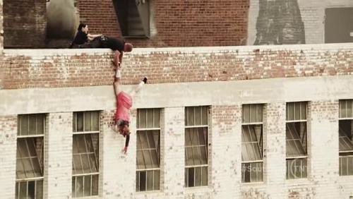 Un mec saute d'un immeuble
