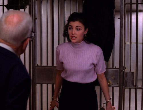 Audrey, attachée au coffre, juste avant l'explosion de la bombe.