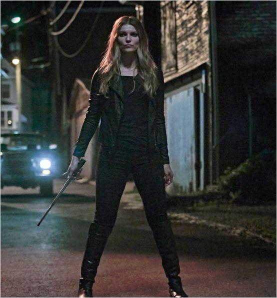 Banshee, Carrie, dans la nuit, une barre de fer à la main