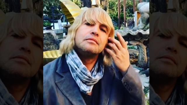 Billy Zane avec une perruque blonde