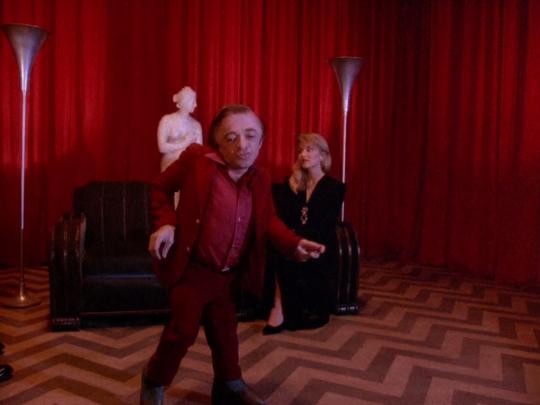 Le Nain dansant devant Laura dans la Black Lodge.