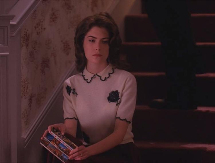 Donna dans l'escalier, faisant la tête (comme d'hab).