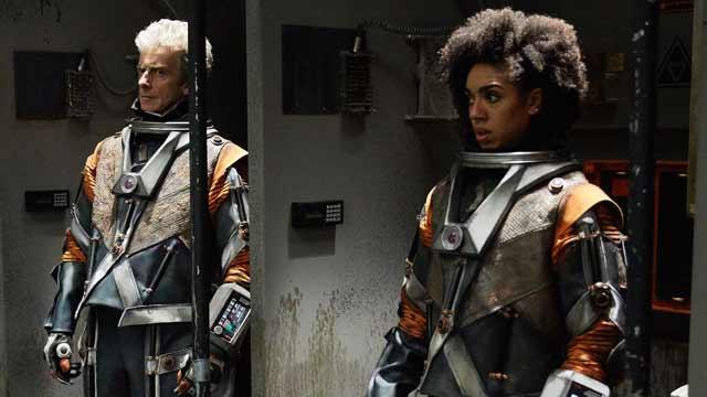 Le Docteur et Bill en combinaison spatiale.