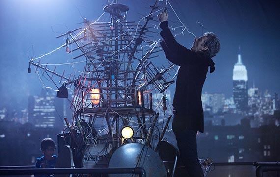 Le Docteur sur le toit préparant son piège