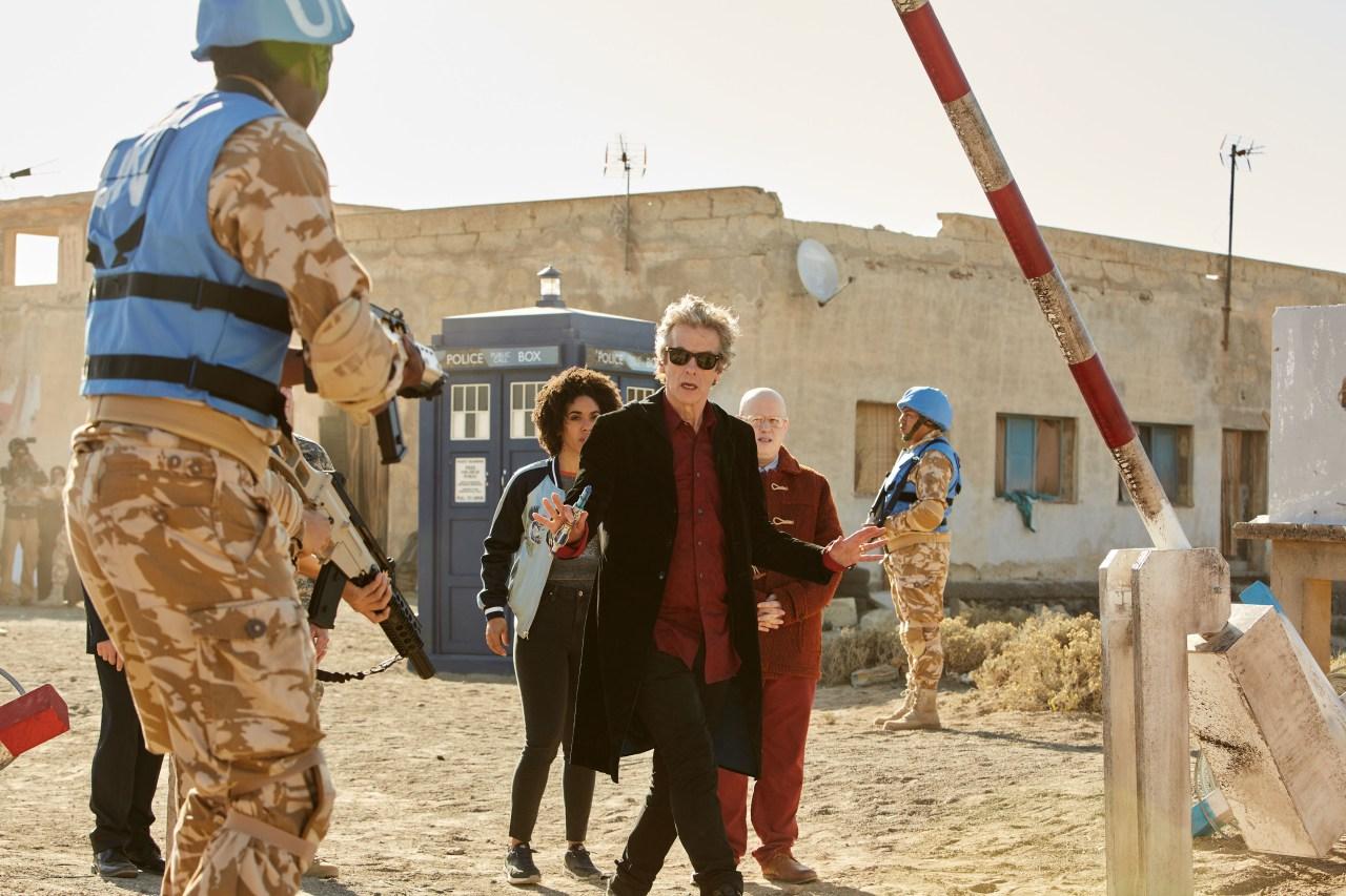 Le Docteur en mode aveugle mais tranquille passant la barrière de sécurité de l'ONU.