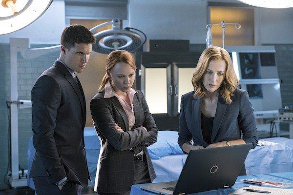 Scully, Miller et Einstein discutant dans une morgue