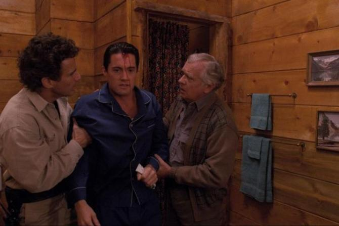 Harry et Doc tenant un Dale en sang.