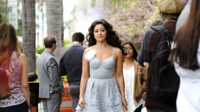 Jane the Virgin : Jane déambulant dans la rue