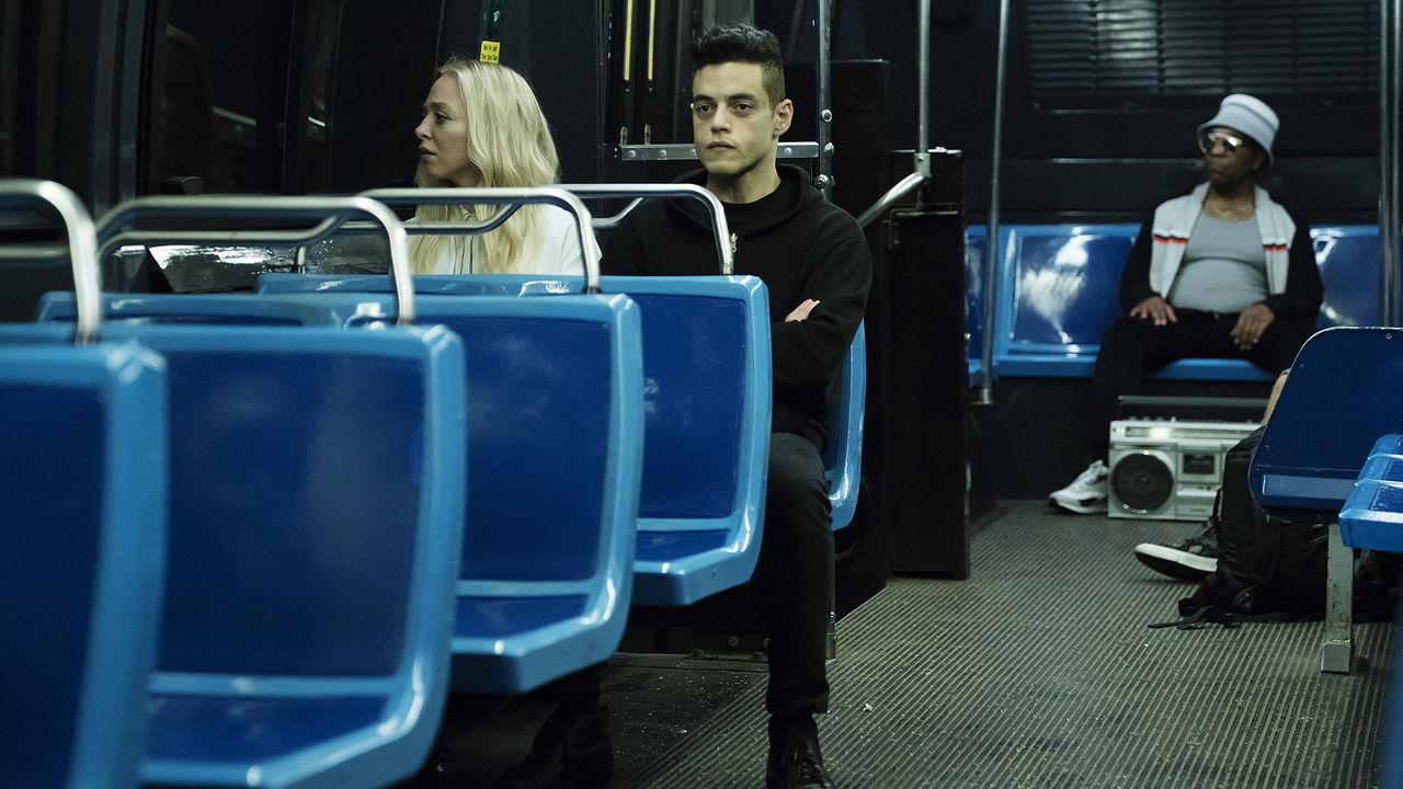 Angela et Mr. Robot dans le métro.