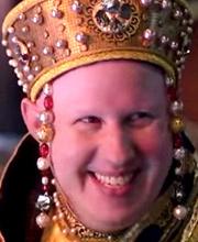 Nardole avec une couronne en diamants