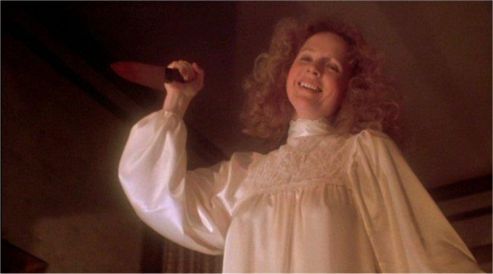 Piper Laurie dans Carrie en robe de chambre et couteau
