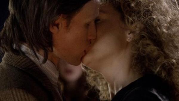 Le Docteur et River s'embrassent