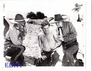 Russ torse nu avec des cowboys