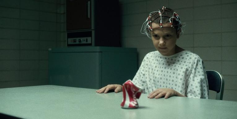 Stranger Things, Eleven en train de faire des tests