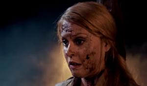 Evie avec un peu de sang sur le visage