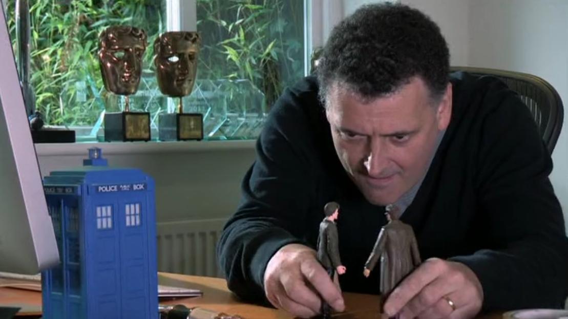 Steven Moffat joue avec des figurines