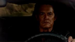 Le méchant Cooper au volant de sa voiture.