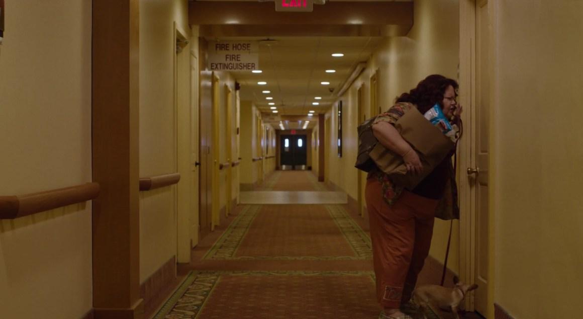 La voisine de la morte dans un couloir.