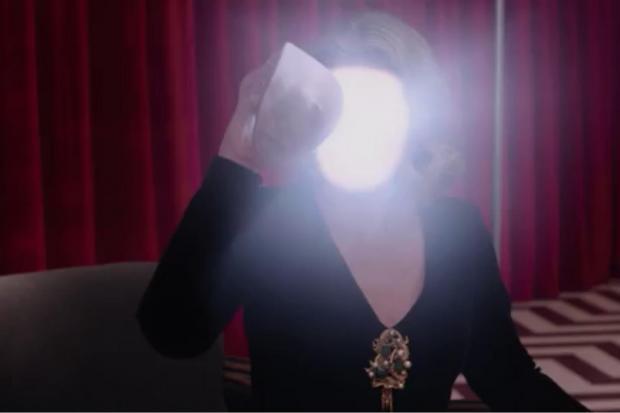 Laura Palmer s'enlève le visage.