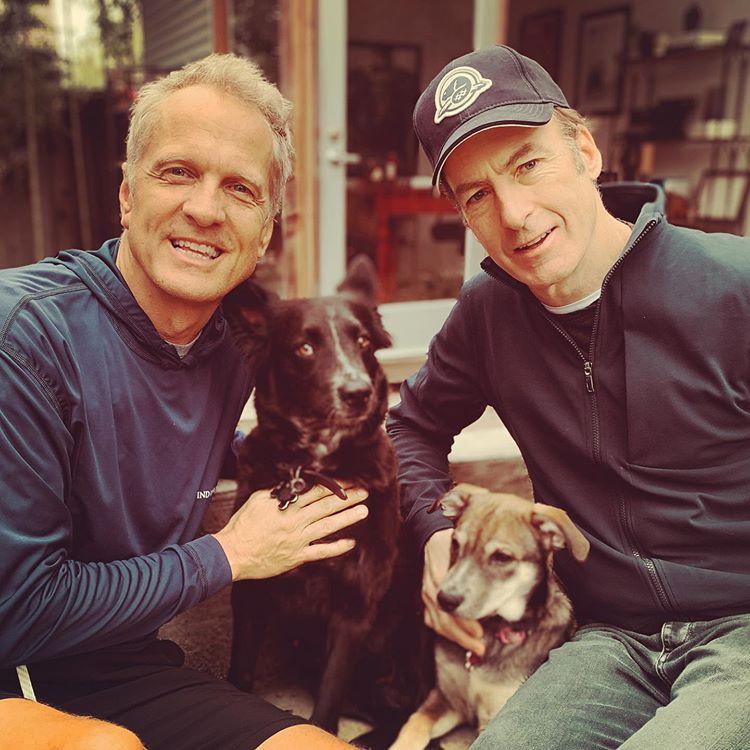 Patrick Fabian et Bob Odenkirk avec les chiens sauvés