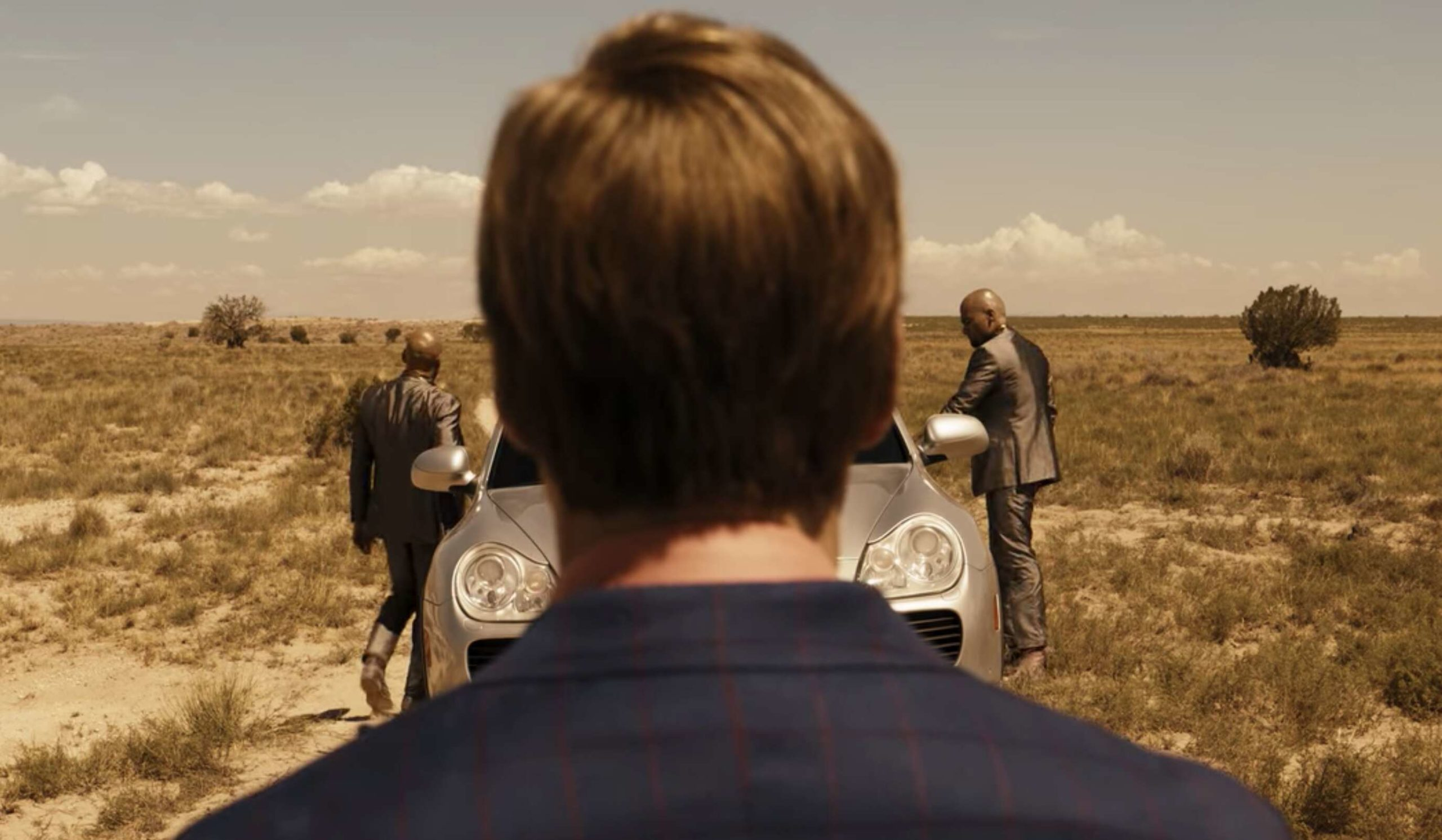 Saul regarde les cousins Salamanca sortir de leur voiture