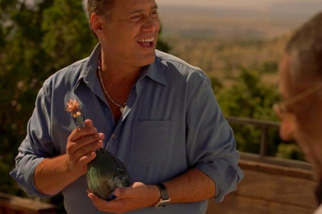 Don Eladio tenant la bouteille de Zafiro Anejo dans Breaking Bad 4.10
