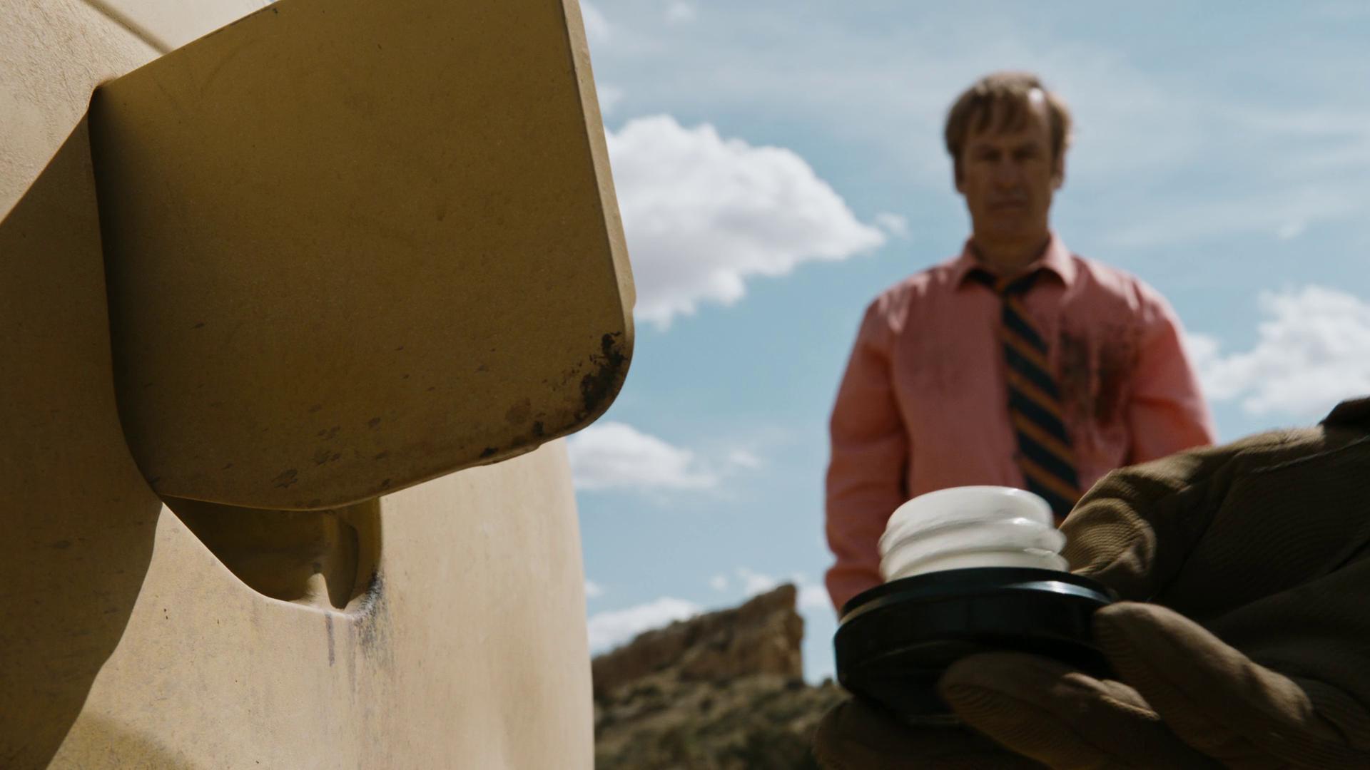 Saul regardant le bouchon du réservoir