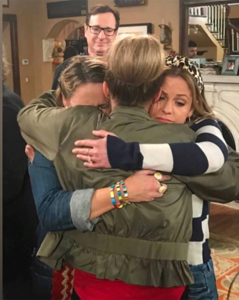 DJ, Stéphanie et Kimmy se serrent dans les bras les unes des autres, tristes, sous le regard de Danny.