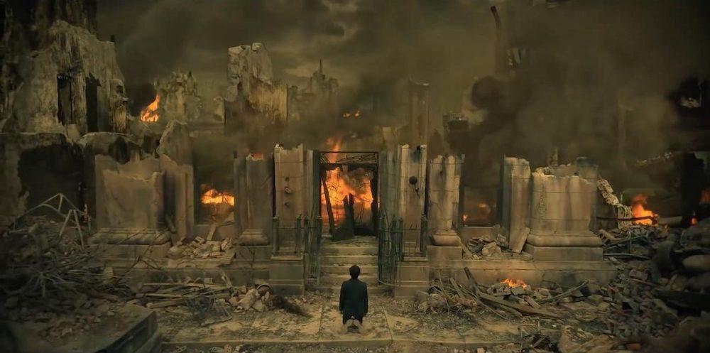 Five devant la maison Umbrella détruite suite à l'apocalypse de la saison 1.