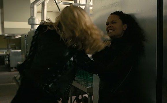 Dolores et Maeve en train de se battre.