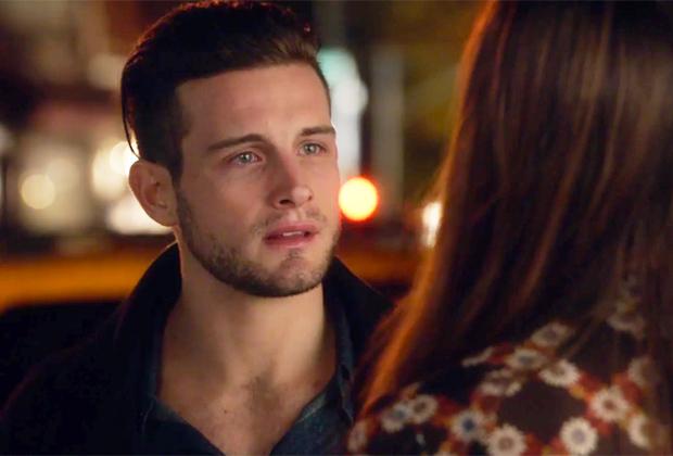 Josh, les larmes aux yeux,  face à Liza.
