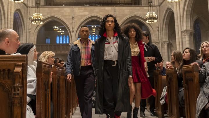 Personnages de Pose marchant dans une église