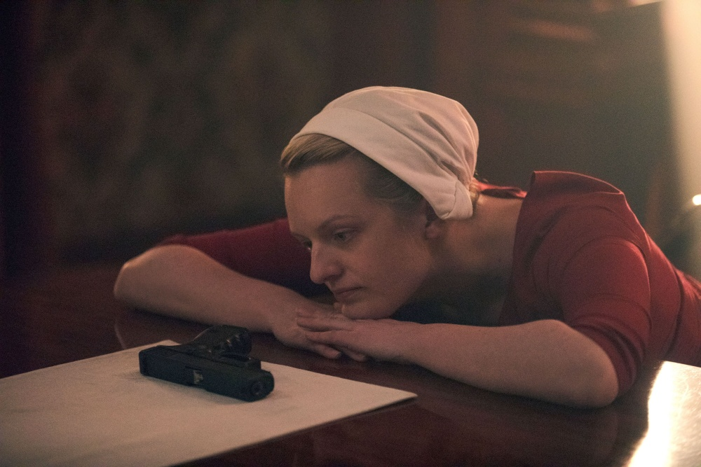 June regardant une arme dans The Handmaid's Tale