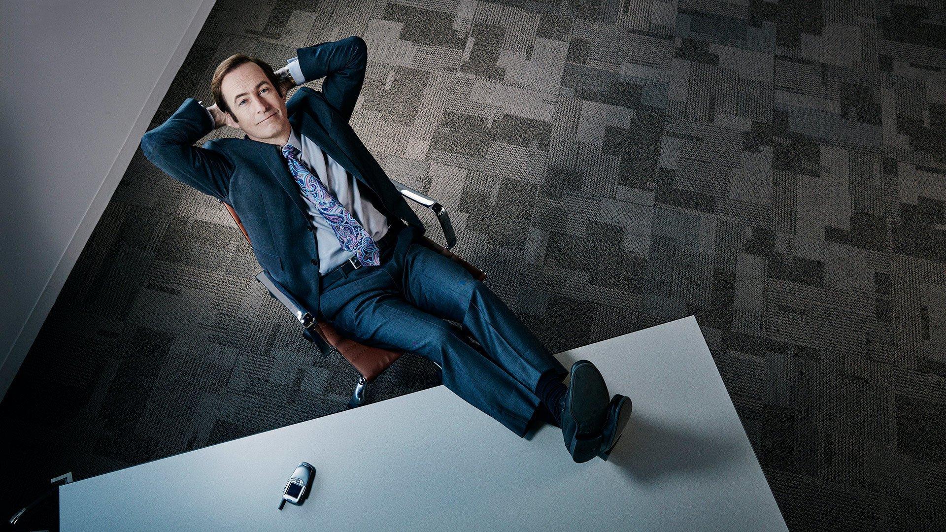 Jimmy McGill/Saul Goodman les pieds sur son bureau