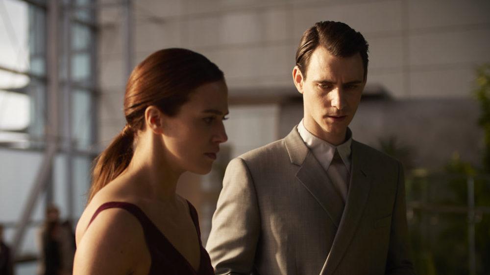 Lenina et Bernard en train de discuter, contrariés.
