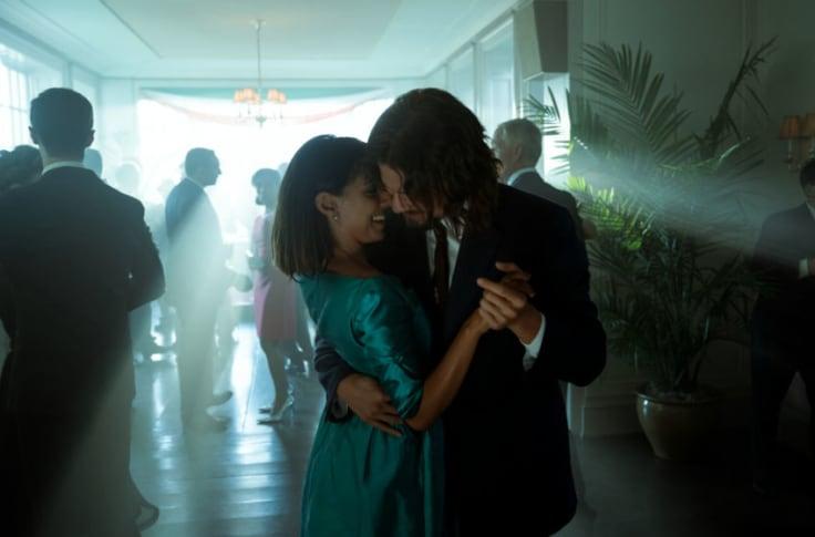 Diego et Lila dansent.