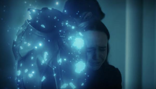 Ben et Vanya sont dans les bras l'un de l'autre, pendant que Ben se dissout.