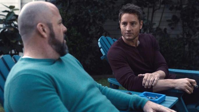Toby et Kevin sur des transats dans le jardin de Kevin.