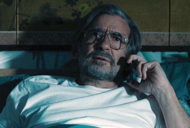 Nick dans le lit de la chambre d'amis de Kevin, au téléphone avec Cassidy.