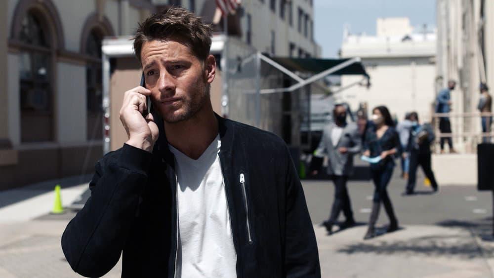 Kevin au téléphone devant le studio.