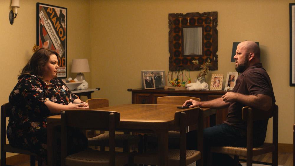 Kate et Toby se font face autour de leur table de salle à manger.